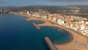 Cantidad aérea del abejón del pequeño pueblo Sant Antoni de Calonge de España, en Costa Brava almacen de metraje de vídeo