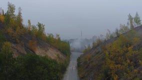 Cantidad aérea del abejón Vista de las colinas del otoño con los bosques, los prados y las colinas metrajes