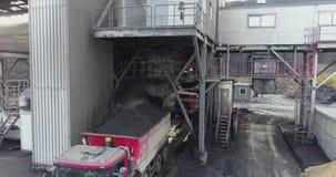 Cantidad aérea del camión rojo grande en una carrera de la explotación minera almacen de metraje de vídeo