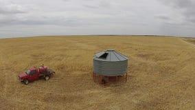 Cantidad aérea del granjero con el silo en granja rural almacen de metraje de vídeo