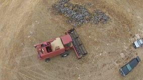 Cantidad aérea del granjero con el silo en granja rural almacen de video