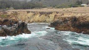 Cantidad aérea del océano y de Rocky Northern California Coastline almacen de metraje de vídeo