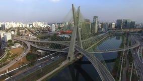 Cantidad aérea del puente de cable en el sao Paulo Brazil almacen de video