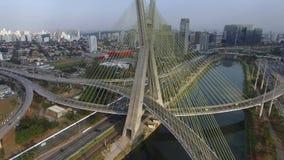 Cantidad aérea del puente de cable en el sao Paulo Brazil metrajes