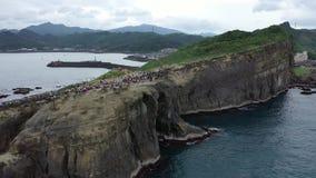 Cantidad aérea en los acantilados cerca de la roca del tronco del elefante en Taiwán, 4k metrajes
