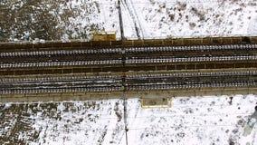 Cantidad aérea - ferrocarril vacío en invierno Visión desde arriba almacen de video