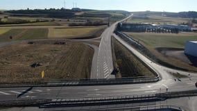 Cantidad aérea hermosa de una carretera en Dunningen, Alemania en 4k metrajes