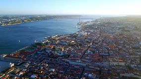 Cantidad aérea Hermosa vista de Lisboa y del río Tagus almacen de video