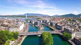 cantidad aérea 4K de la ciudad de Ginebra en Suiza - UHD almacen de video
