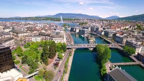 cantidad aérea 4K de la ciudad de Ginebra en Suiza - UHD almacen de metraje de vídeo