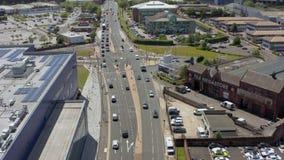 cantidad aérea 4K de las cercanías de Sheffield que muestran las tiendas de Ikea y de Porsche metrajes