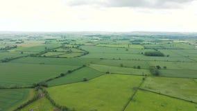 Cantidad aérea 4K de una cacerola alrededor del campo inglés, North Yorkshire, Reino Unido metrajes