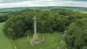cantidad aérea 4K del monumento alto al 7mo conde del exterior York de Carlisle apenas en North Yorkshire de Inglaterra almacen de video