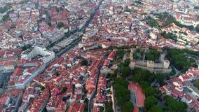 Cantidad aérea Lisboa y Castelo de Sao Jorge en la oscuridad metrajes