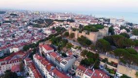 Cantidad aérea Lisboa y fortaleza medieval en el top de la colina almacen de video