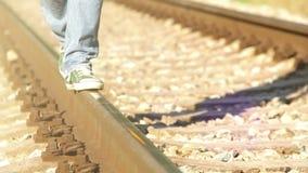 Cantidad acelerada de un adolescente que camina abajo del carril en el ferrocarril almacen de video