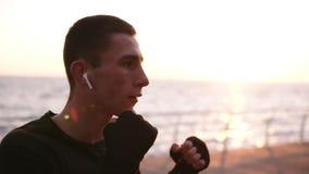 Cantidad acelerada de un boxeador activo, de sexo masculino mientras que entrena a proceso en la 'promenade' en frente la mañana  almacen de metraje de vídeo