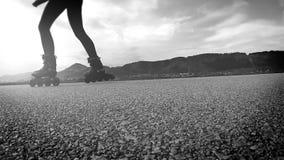 Cantidad blanco y negro a cámara lenta de patinar sobre ruedas de la persona almacen de video