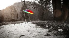 Cantidad blanco y negro: feliz niño pequeño que salta en el parque con el paraguas metrajes