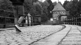 Cantidad blanco y negro: un hombre camina a lo largo de la presa del agua en Liberec (la República Checa) almacen de video