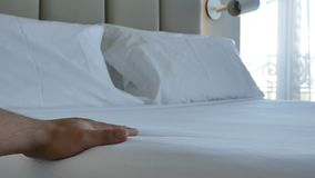 Cantidad cómoda blanca de caricia del colchón 4k de la cama de la mano del primer almacen de metraje de vídeo