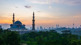 cantidad cinemática del Time Lapse 4K de la mezquita del territorio federal en Kuala Lumpur almacen de metraje de vídeo