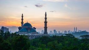 cantidad cinemática del Time Lapse 4K de la mezquita del territorio federal en Kuala Lumpur almacen de video
