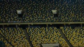 Cantidad constante de dos secciones en una arena deportiva vacía del aire libre almacen de video