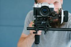 Cantidad contenta video del tiroteo de la cámara del hombre de la creación imágenes de archivo libres de regalías