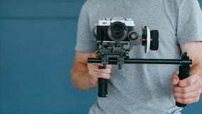 Cantidad contenta video del tiroteo de la cámara del hombre de la creación fotos de archivo libres de regalías
