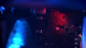 Cantidad de computadora personal desde adentro, de alambres y de conexiones rojas almacen de metraje de vídeo