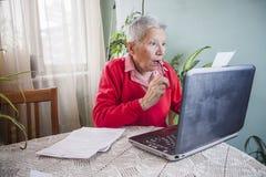 Cantidad de dinero impactante que una mujer mayor tiene que pagar sus cuentas imagenes de archivo