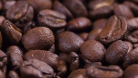 cantidad de girar los granos de café asados almacen de metraje de vídeo