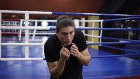 Cantidad de Handhelded de un calentamiento masculino del boxeador Torciendo su cuerpo, manos que agitan, llevando a cabo las mano almacen de video