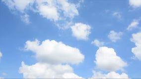 Cantidad de la acción del lapso de tiempo de las nubes que pasan sobre el cielo azul, la India almacen de video