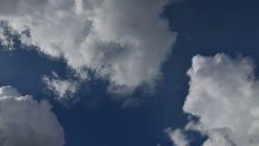 Cantidad de la acción del lapso de tiempo de las nubes que pasan sobre el cielo azul, la India almacen de metraje de vídeo