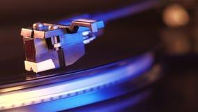 Cantidad de la acción de la placa giratoria HD del tocadiscos Una placa giratoria del tocadiscos con ella aguja del ` s que corre almacen de video