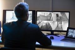 Cantidad de la cámara CCTV de Looking At del hombre de negocios imagenes de archivo