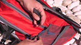 Cantidad de la cámara lenta de cerrar la mochila roja