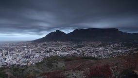 Cantidad de la montaña de la tabla que pasa por alto Ciudad del Cabo en Suráfrica almacen de video