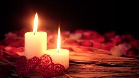 Cantidad de la quema de la vela del movimiento y de pétalos de rosa Día de tarjeta del día de San Valentín