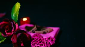 Cantidad de la rosa, vela que quema, chocolate y tarjeta del día de San Valentín de la decoración