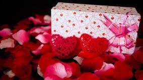 Cantidad de la tarjeta del día de San Valentín de la decoración con las cajas de regalo, la quema de la vela, y pétalos de rosa
