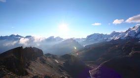 Cantidad de la visión panorámica de las montañas en el área máxima de Cervino durante salida del sol en día soleado con el cielo  metrajes