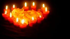 Cantidad de los pétalos de la flor con la vela que quema para el día de San Valentín metrajes