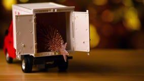 Cantidad de madera miniatura del hd del bokeh del oro de la tabla del árbol de abeto del coche rojo del juguete almacen de metraje de vídeo