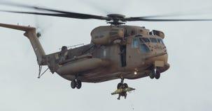 Cantidad de un helicóptero militar en una misión de rescate metrajes