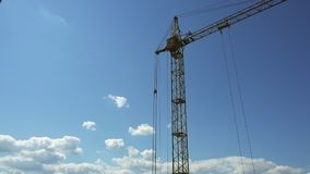 Cantidad de una grúa de construcción, cielo azul de Timelapse almacen de video