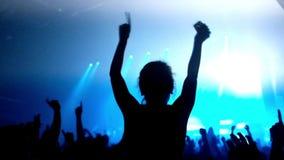 Cantidad de una muchedumbre que va de fiesta en un concierto de rock almacen de metraje de vídeo