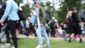 Cantidad Defocused de una muchedumbre en el parque durante desfile de orgullo de LGBT almacen de metraje de vídeo